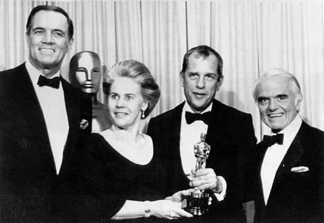 Keväällä 1984 tuottaja Jörn Donner otti vastaan Ingmar Bergmanin Fanny ja Alexander -elokuvan saaman Oscar-palkinnon.