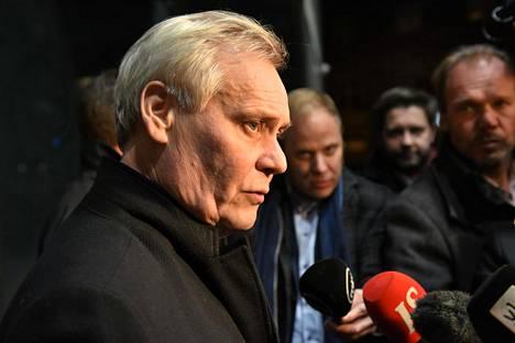 Antti Rinne haluaa muuttaa pelin säännöt, kun peli ei suju.