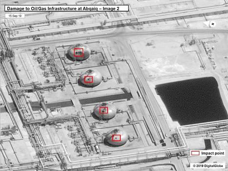 Satelliittikuvaan on merkitty punaisilla laatikoilla iskujen osumakohdat. Kuva Saudi-Arabian valtiollisen öljy-yhtiön laitokselta Abqaiqista.