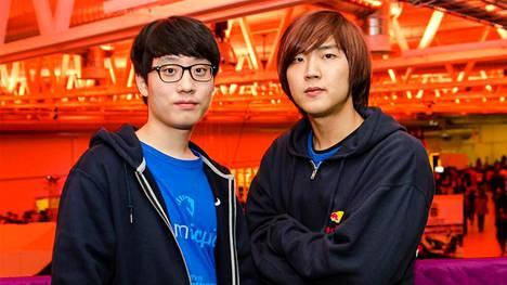 """Yun """"TaeJa"""" Young Seo (vasemmalla) kuvattuna vuonna 2013 yhdessä joukkuetoveri Song """"HerO"""" Hyeon Deokin kanssa."""