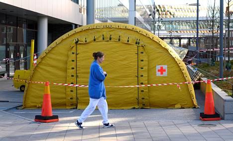 Tukholman Karoliinisen sairaalan pihalle pystytetty teltta koronaepidemian vuoksi.