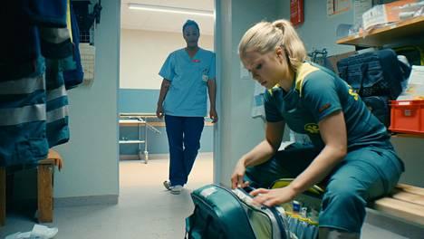 Åren terveyskeskuksen uusi lääkäri Zara (Nadja Halid) tutustuu ensitöikseen ambulanssin ensihoitaja Sofian (Tiril Wishman Eeg-Henriksen) käytännön arkeen.