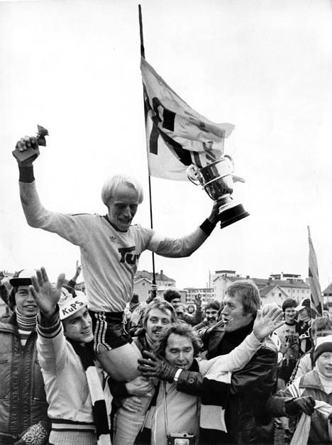 KuPS juhli mestaruutta viimeksi 1976. Kuvassa kapteeni Pekka Vepsäläinen esittelee palkintoja kullan varmistuttua vierasottelussa Kokkolassa.