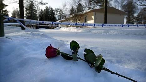 Pelson vankilan hangelle ilmestyi ruusu vanginvartijan kuoleman muistoksi helmikuussa 2004.