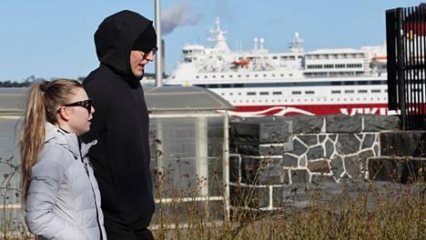 Patrik Laine ja hänen mielitiettynsä Sanna-Mari Kiukas piipahtivat jaloittelemassa Helsingissä.