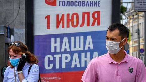 Venäläisiä vaalimainoksen edessä kesäkuun lopussa.