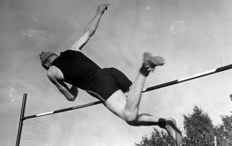 Pekka Halmeen tyylinäyte korkeushyppypaikalla.