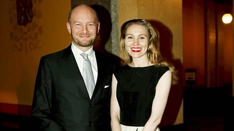 Sampo Terho ja hänen puolisonsa Maija Sihvonen puolustusministerin uudenvuodenpäivän vastaanotolla 2019.