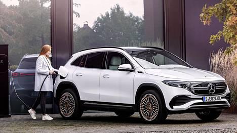 EQA:n laturin teho on 11 kilowattia (3 x 16 A). Auto on 4,46-metrinen, GLA-mallia reilut viisi senttiä pidempi.