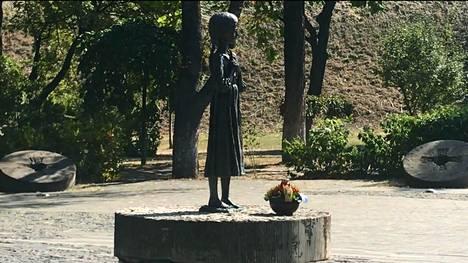 Ukrainan 1930-luvun alun keinotekoisen nälänhädän uhreille pystytetty patsas esittää nälän riuduttamaa pientä tyttöä.