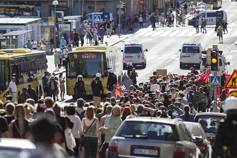 Turku ilman natseja -mielenosoitus keräsi noin tuhat osanottajaa.