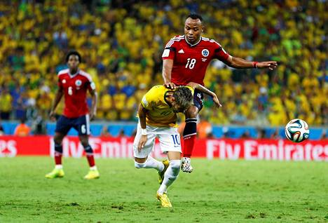 Tässä murtuu Neymarin selkänikama ja MM-kisaunelma. Kolumbian Juan Zuniga tulee polvi edeltä brassitähden selkään.