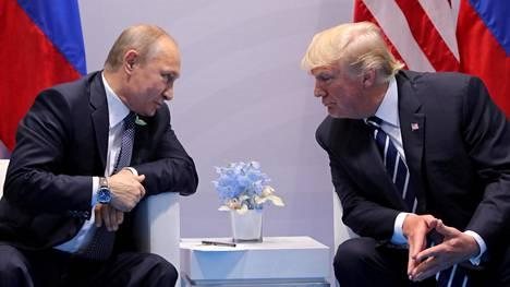 Presidentit Vladimir Putin ja Donald Trump keskustelivat G20-kokouksen aikana Hampurissa Saksassa 7. heinäkuuta 2017.