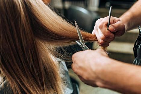 """""""Totta kai hiusten leikkaaminen on sinällään aina hiusten leikkaamista, mutta esimerkiksi muoto-oppi on täysin erilainen partureilla kuin kampaajilla"""", asiantuntija sanoo."""