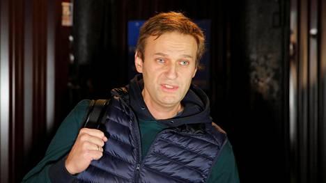 Aleksei Navalnyi kävelee ulos vankilasta Moskovassa 14. lokakuuta 2018.