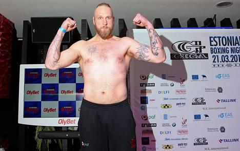 Keväällä 2015 Helenius voitti Virossa unkarilaisen András Csomorin teknisellä tyrmäyksellä.