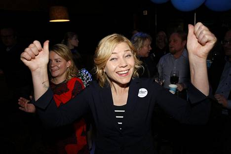 Henna Virkkunen sai europarlamenttipaikan. Sunnuntai-iltana hän juhli myös Suomen kiekkomenestystä.
