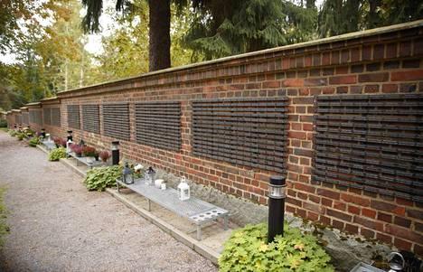 Raisan muistolaatta on pystytetty Kalevankankaan hautausmaalle Tampereella.