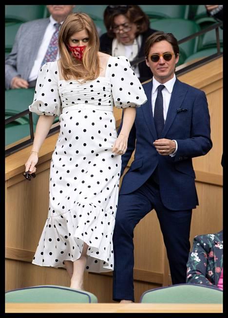 Prinsessa Beatrice ja Edoardo Mapelli Mozzi kuvattuina heinäkuun alussa. Kuvat paljastivat prinsessan pyöristyneen raskausvatsan.