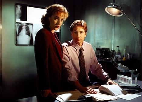 Sekä Scully että Mulder joutuivat useiden monstereiden piinaamiksi alkuperäisessä sarjassa. Näin siloposkisilta Gillian Anderson ja David Duchovny näyttivät Salaisissa kansioissa (1993–2002), jota esitettiin Suomessa MTV3-kanavalla.