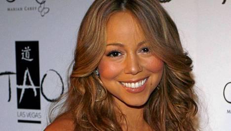 Mariah Carey hätkähdytti esiintymisasullaan.