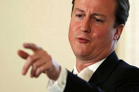 David Cameron oppositiossa olevan konservatiivipuolueen puheenjohtaja Britanniassa. Nyt suomalaismiljardööri tukee häntä pääministeriksi.
