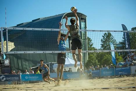 Viime vuonna Helsinki Open pelattiin Kansalaistorilla. Miesten sarjan voittivat sinisissä asuissa pelanneet Harri Suonikko ja Saku Viljamaa, joiden finaalivastustajat olivat Antti Poikela ja Teppo Pulkkinen.
