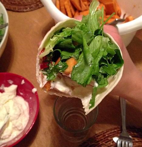 Bataattitortilloja turkkilaisen jugurtin, seesamikastikkeen, salaatin ja korianterin kera.