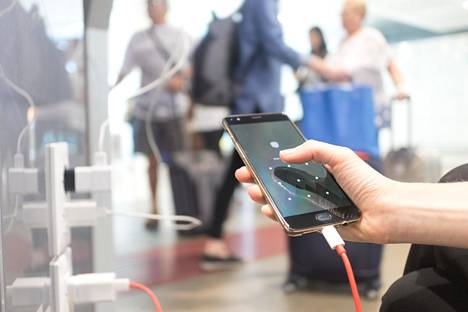 Asiantuntijat suosittelevat käyttämään lentokentällä tavallista pistorasiaa tai omaa varavirtalähdettä.
