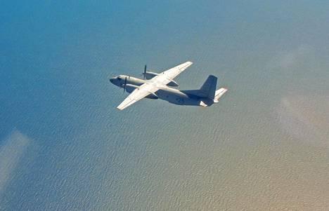 Kuvassa venäläinen sotilaskone Antonov An-26, jonkalaisista hopeajodidipatruunoita ammutaan pilviin.