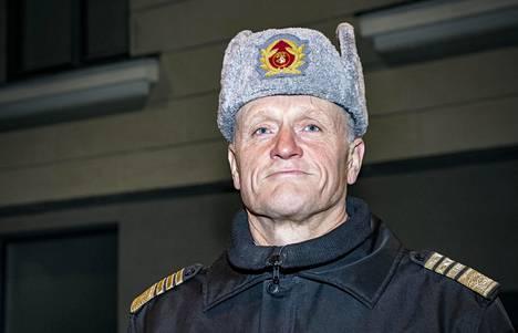 """Perussuomalaisten riveistä on kysytty, onko armeija valmistautunut pysäyttämään pakolaiset Suomen rajalle, jos kansainvaellus Euroopassa toistuisi. Komentaja Timo Kivinen sanoo, että Puolustusvoimat vastaa sotilaallisesta maanpuolustuksesta, eikä ole se viranomainen, joka """"on tällaisessa asiassa (pakolaisten tullessa) etulinjassa"""". Kivisen mukaan armeija antaa tarvittaessa tukea muille viranomaisille, jos lainsäädäntö sen mahdollistaa."""