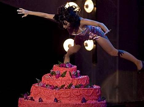 Katy Perry sukelsi täytekakkuun.