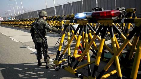 Etelä-Korean sotilas lähellä Pohjois-Korean rajaa Pajun kaupungissa.