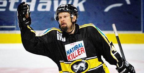 Karalahti aloitti kauden 2007-08 Oulun Kärpissä ennen kuin seura erotti hänet, koska hänet pidätettiin epäiltynä huumausainerikoksesta.