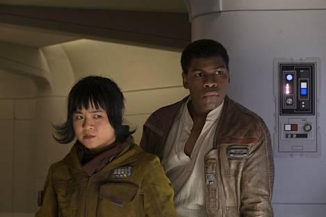 Rose (Kelly Marie Tran) ja Finn (John Boyega) lähtevät suorittamaan yhteistä tehtävää.