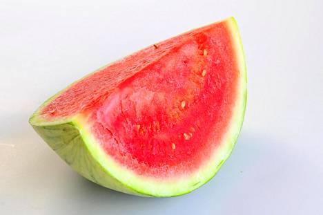 Hedelmät ovat hyvää helleruokaa, sillä niistä saa paitsi vitamiineja niin myös nesteitä.