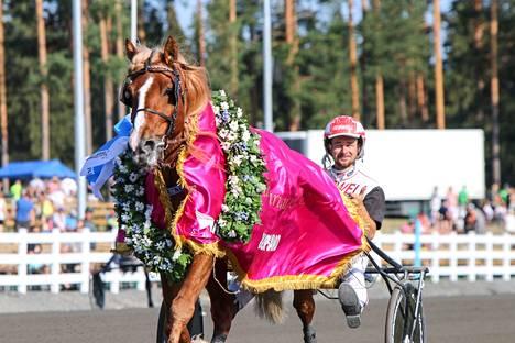 H.V. Tuuri voitti kaksi viikkoa sitten Iikka Nurmosen ajamana Suurmestaruuden.