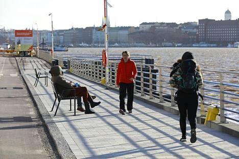 Kalasataman rannat Helsingissä olivat suosittu määränpää sunnuntaina.