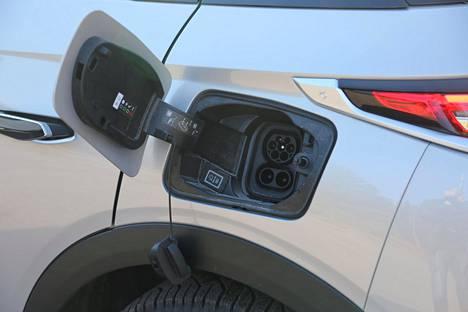 DS:n täyssähköauton latausluukku on vasemmassa takalokasuojassa.
