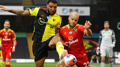 Pukki (oik.) hakee edelleen vuoden ensimmäistä pelitilanneosumaansa. Kuva tiistain ottelusta Watfordia vastaan, pallossa Watfordin Troy Deeney.