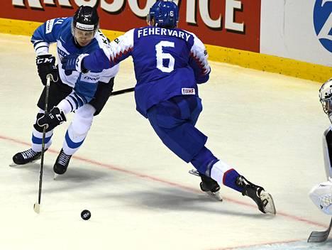 Kaapo Kakon parhaista ominaisuuksista saatiin näyte Slovakiaa vastaan. Kakko uunotti slovakkipakki Martin Fehervaryn täysin ennen kuin löi rystyltä Suomen voittomaalin. Kakko teki Slovakiaa vastaan hattutempun.