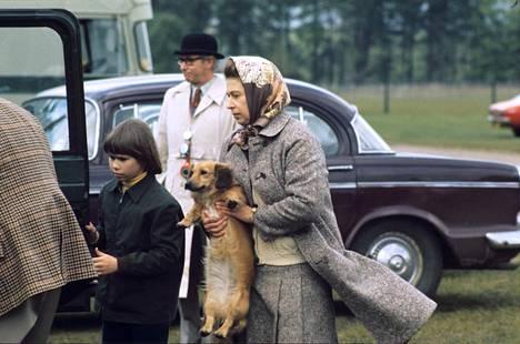 Kuningatar on aina pitänyt huolta koiristaan.