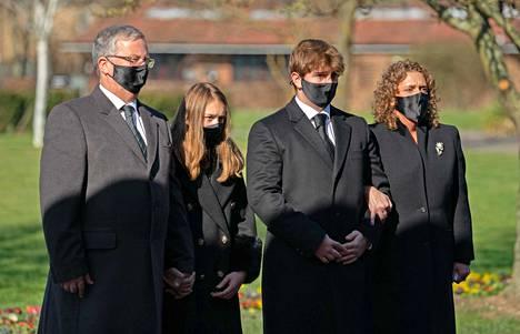 Mooren vävypoika Colin Ingram, lapsenlapset Georgia ja Bengie ja tytär Hannah Ingram-Moore saapuivat lauantaina Bedfordin krematoriolle.