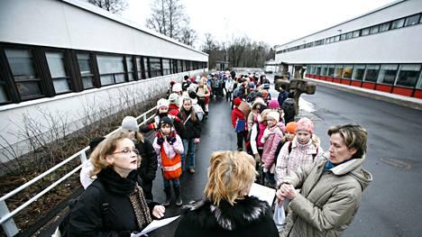 Laajasalon koululaiset siirtyivät vuonna 2008 homeen vuoksi Salmisaareen ja Ruoholahteen.