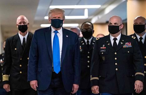 Trumpin maski oli väriltään laivastonsininen.