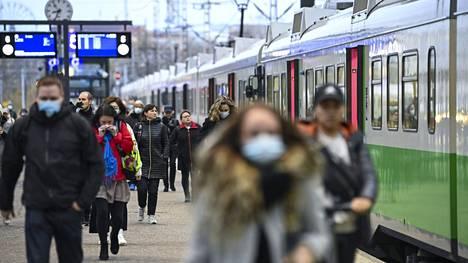 Vuorojen peruuntumisen taustalla on sopimusriita, jonka vuoksi junankuljettajat eivät suostu joustamaan esimerkiksi vuorojen tuurauksissa.