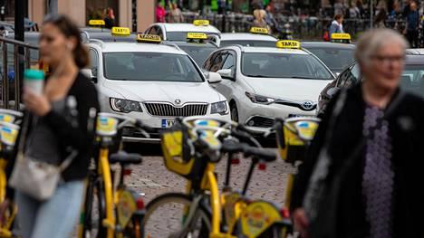 Taksi Helsinki toi tänä kesänä kesäoppaansa toista kertaa Helsingin taksitolpille. Alkuviikosta yhtiö joutui hetkeksi ottamaan oppaat pois tolpilta, sillä he kohtasivat taksikuskien suunnalta huutelua ja uhkailua.