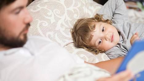 Liian jännittävät tarinat kannattaa jättää päiväsaikaan. Illalla lapselle luetaan rauhallisempia satuja.