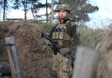 Ukrainan sotilas vartiopaikallaan Luhanskin alueella 16. huhtikuuta. Jännitteet Ukrainan hallitseman alueen ja kapinallisalueiden välisellä kontaktilinjalla ovat kiristyneet viime viikkoina.