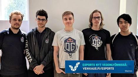 """Voittoisa OG-joukkue. Vainikka on kuvassa vasemmalla ja Taavitsainen toinen oikealta puolella. Muut pelaajat ovat (vas.) Sébastien """"Ceb"""" Debs, Johan """"N0tail"""" Sundstein ja Anathan """"ana"""" Pham."""